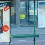 Poster publicitario que permite reservar restaurante desde la parada de autobús/metro/tranvía